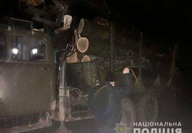 На Вінниччині зупинили вантажівку із незаконно зрубаними дубами